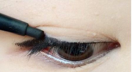 Kẻ eyeliner - một trong những cách trang điểm mắt Hàn Quốc được yêu mến