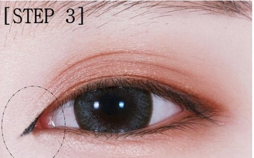 Vẽ đuôi và đầu mắt trong cách trang điểm mắt mèo