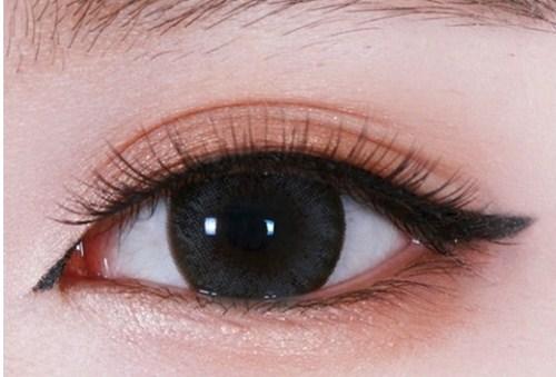Đánh màu đen với phần mi dưới khiến đôi mắt của bạn đẹp hơn