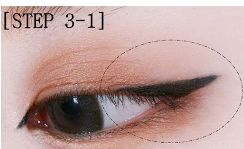 Vẽ đuôi và đầu mắt trong cách trang điểm mắt Hàn Quốc