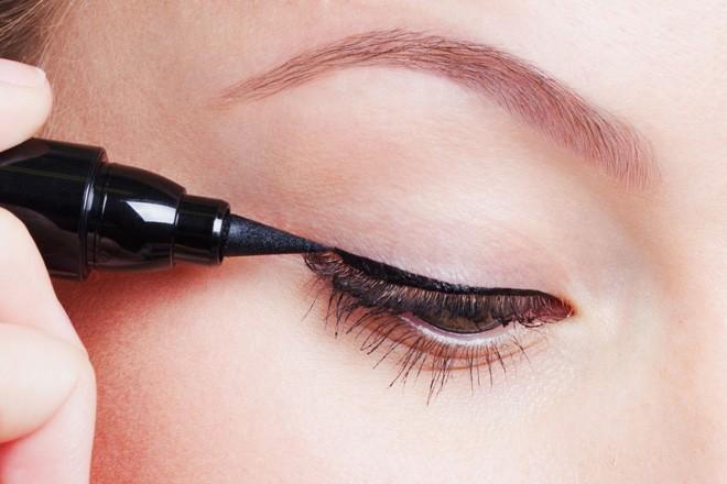 Dùng bút nước trong cách trang điểm mắt Hàn Quốc