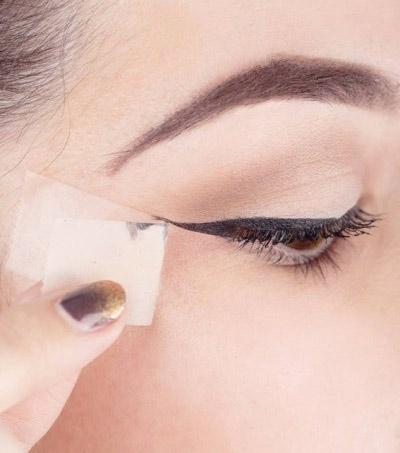 Cách trang điểm mắt mèo bằng băng dính được nhiều người yêu thích