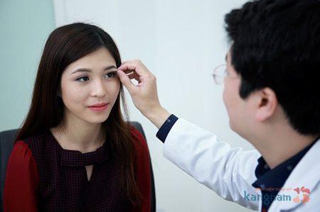 Bác sĩ tư vấn cho khách hàng cách làm hết chảy xệ sụp mí mắt