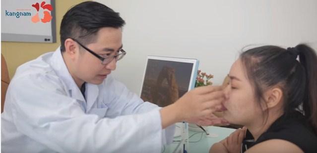 Bác sĩ kangnam thăm khám tư vấn cho khách hàng chữa sụp mí bẩm sinh