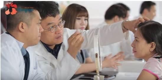 Bác sĩ tư vấn cho khách hàng cách trị sụp mí mắt hiệu quả nhất