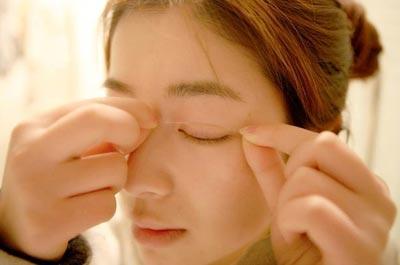 Cách dán mí mắt bằng miếng dán mí mắt 2