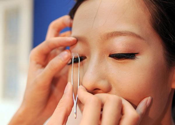 Make-up không phải là giải pháp hay cho đôi mắt sụp mí
