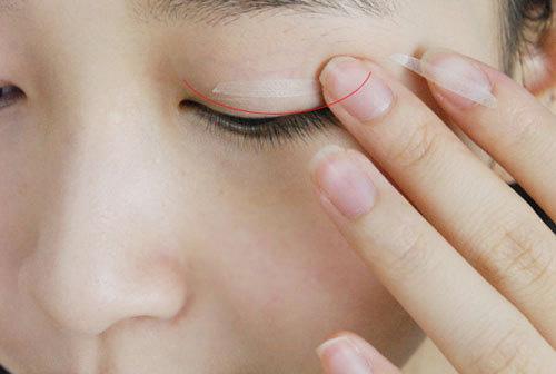 Cách làm mắt 2 mí tại nhà nhờ sử dụng gel kích mí, mí giả, miếng dán mí 2