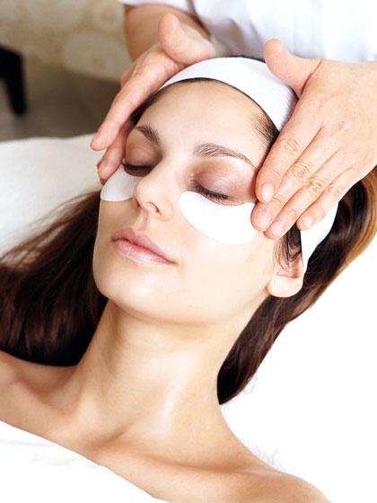 Cách làm mắt to tự nhiên nhờ làm mịn nếp nhăn và bọng mắt trước 1