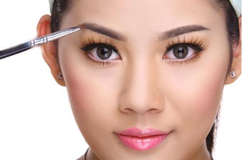 Tô đậm lông mày là một cách làm mắt to tròn
